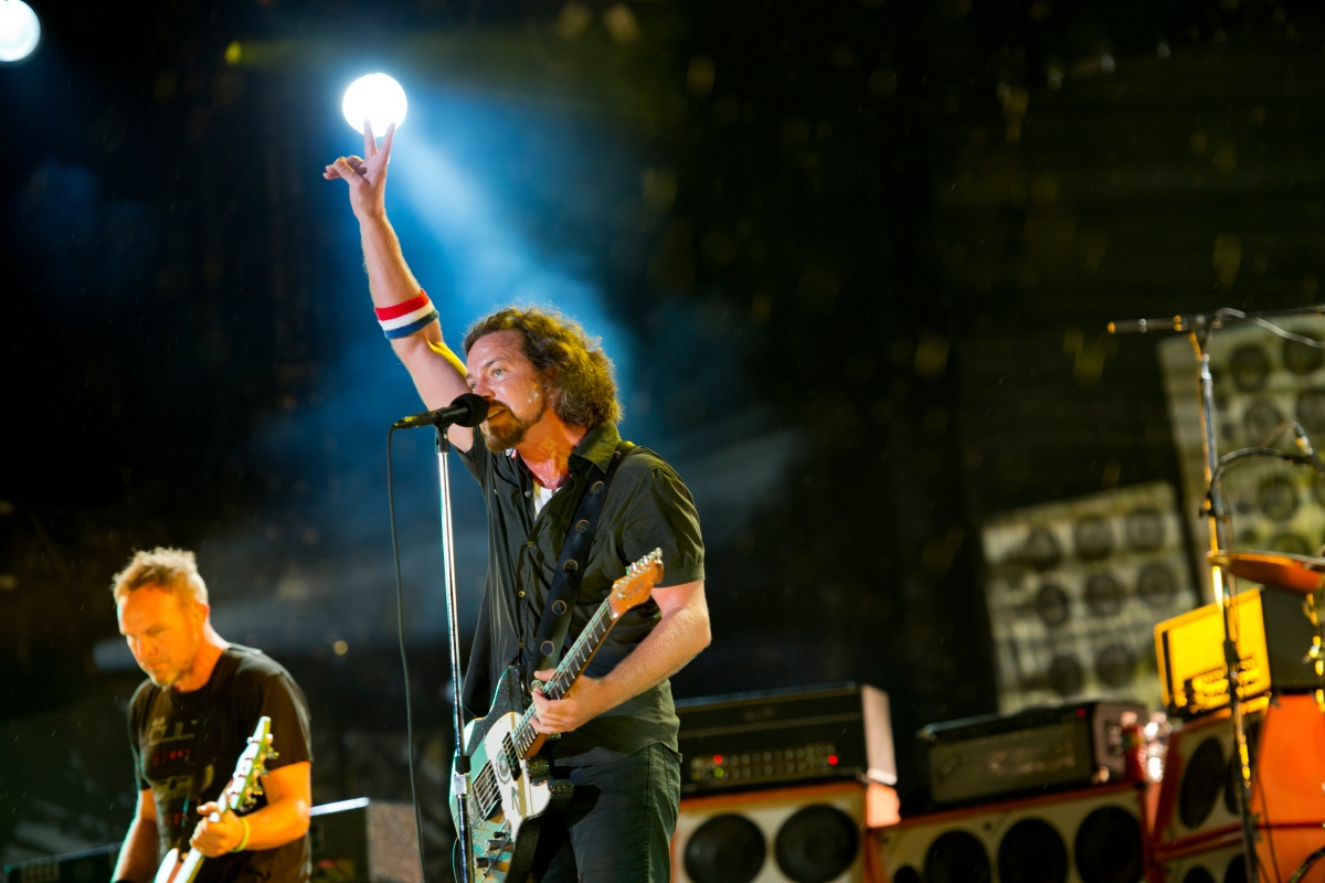 Watch Pearl Jam's Eddie Vedder spontaneously jam out on a sidewalk after a Cubs game