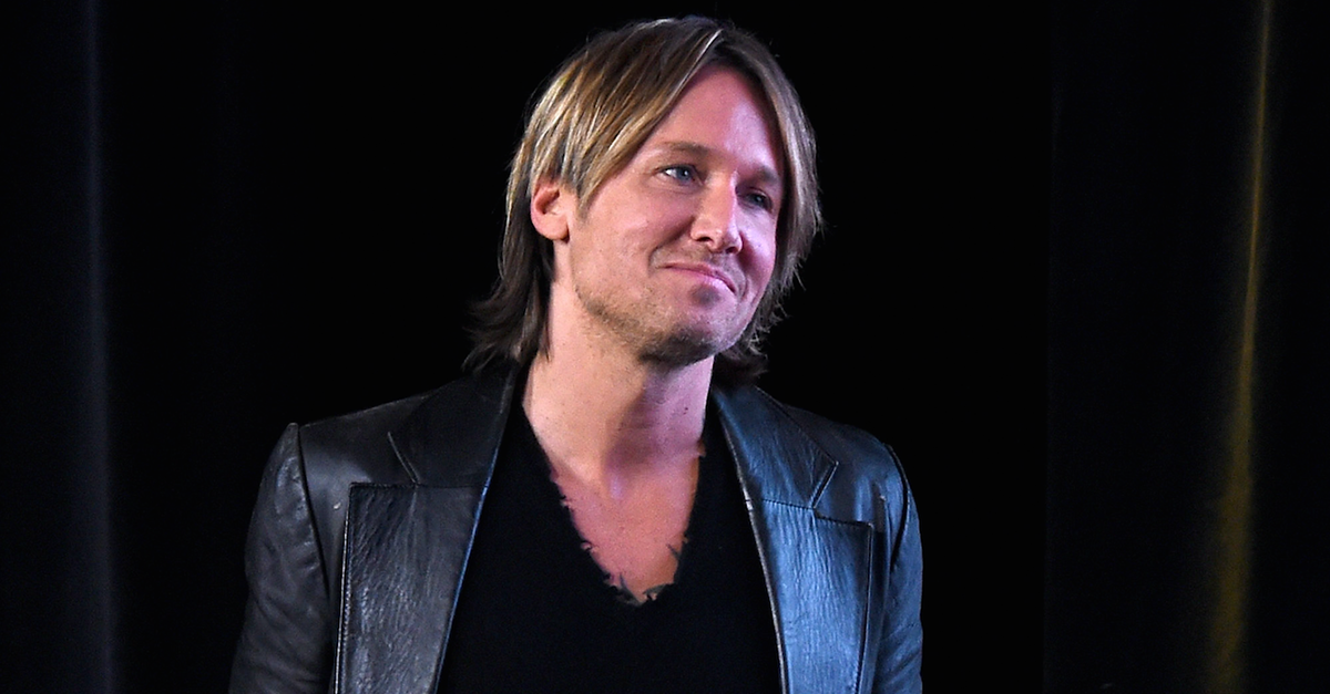 "Keith Urban ""sends his love up"" to the late Gregg Allman at this pre-race event"