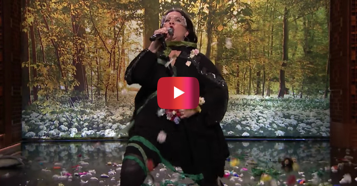 "Melissa McCarthy Storms Jimmy Fallon's Set for the Best ""Lip Sync Battle"" Ever"