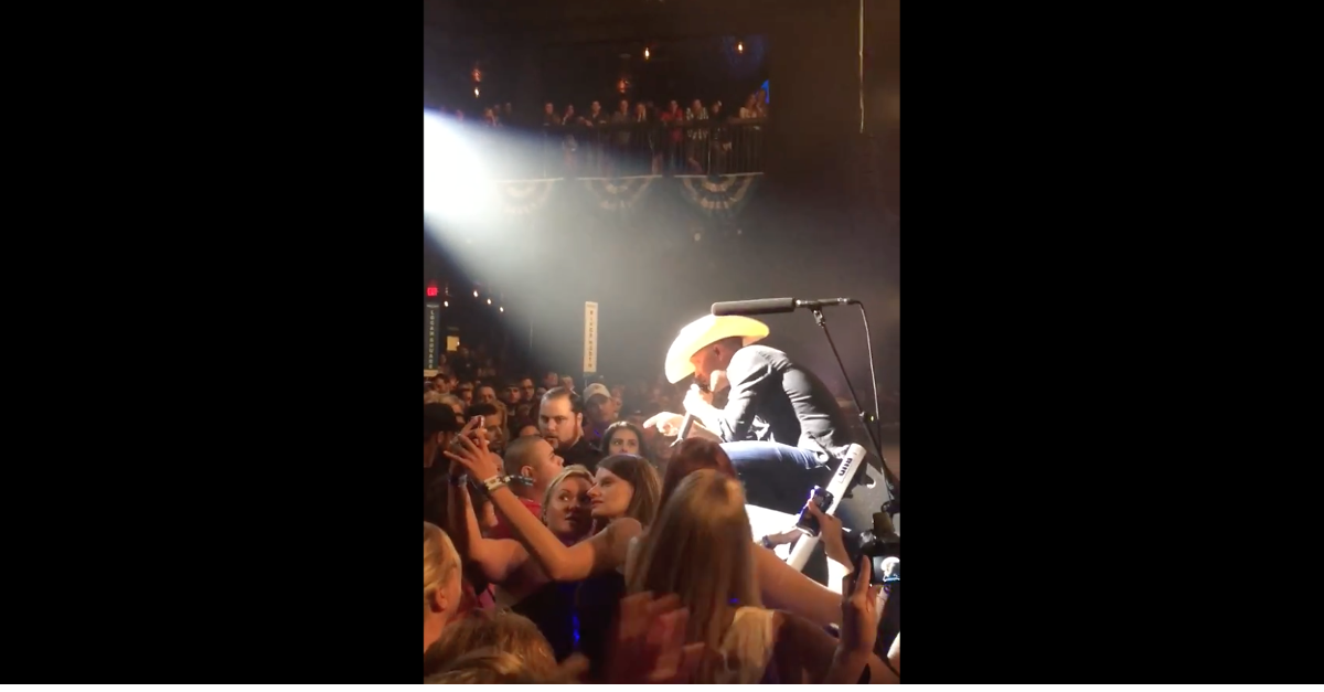 Watch as this country star stops his show to tell off a disrespectful fan