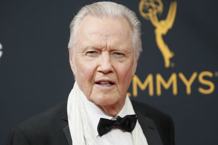 Jon Voight ripped into the Women's March and two big name stars who oppose President Trump
