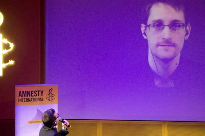 As Obama reportedly considers commuting Chelsea Manning's sentence, Edward Snowden comes to her defense
