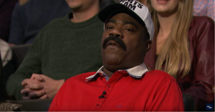 """Tracy Morgan heckles his buddy Seth Meyers while wearing his best """"Denzel Washington"""" outfit"""