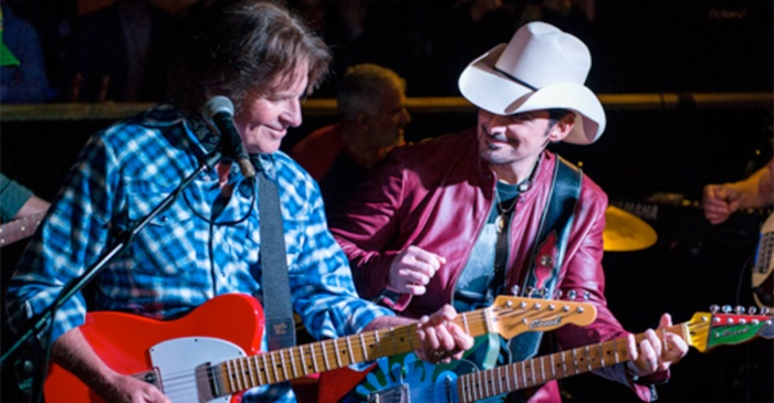 Country star shocks a Nashville honky-tonk with his surprise appearance and duet partners