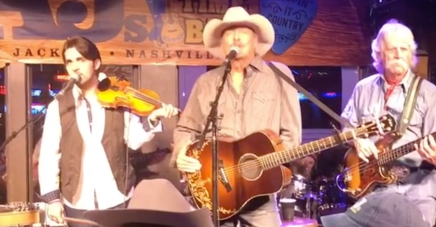 Alan Jackson shocked this honky-tonk crowd with a surprise show