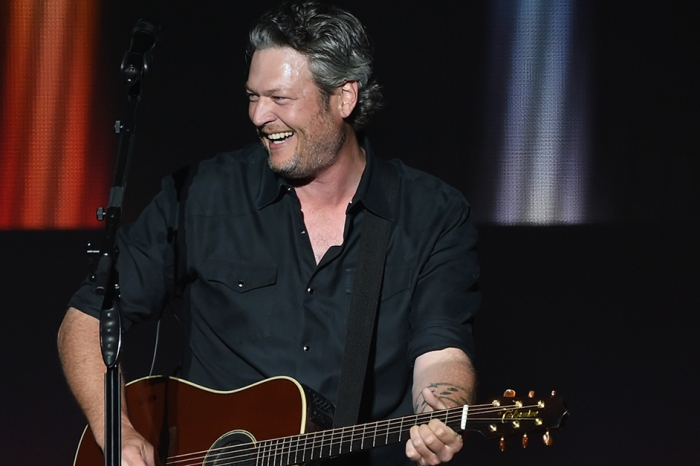 Karaoke never sounded as good as it does with Blake Shelton and his gal pal