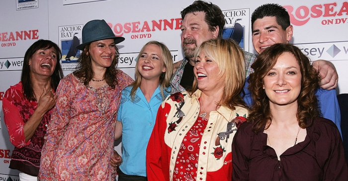 "See the first behind-the-scenes photo from the revival of ""Roseanne"""
