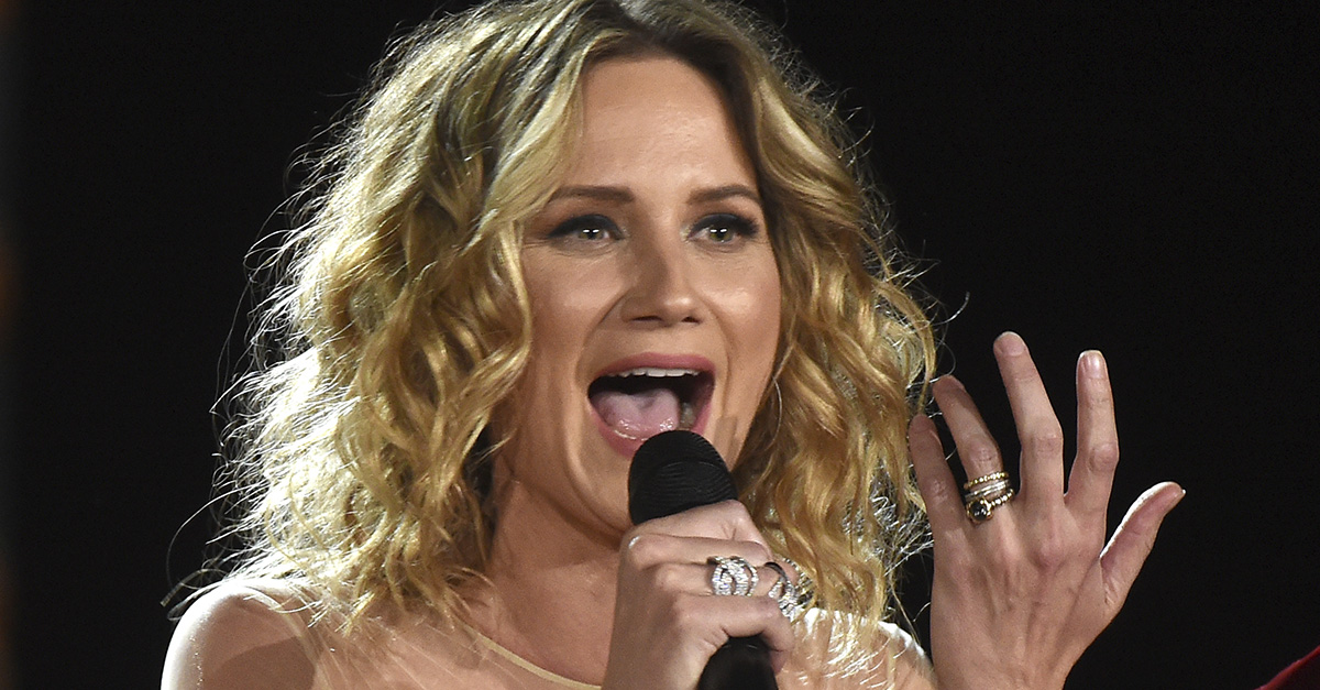 Jennifer Nettles suffers a serious injury after a nasty stage fall