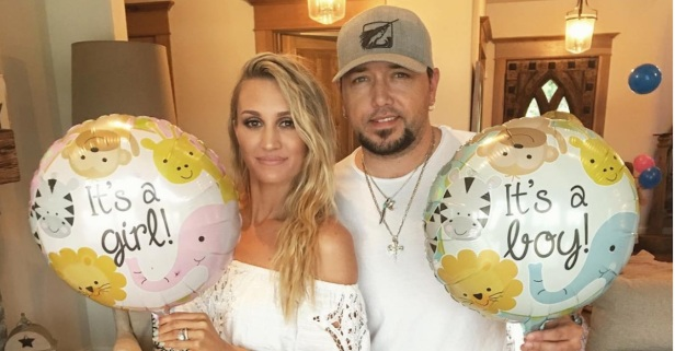 Jason Aldean looks like the perfect daddy pushing a stroller