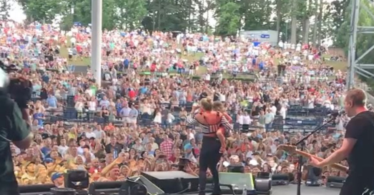 Lauren Alaina brings a special guest onstage, and it is beyond precious
