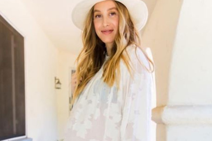 Oh boy! This former reality star is officially a mom, and she introduced her baby to the world in the cutest way possible