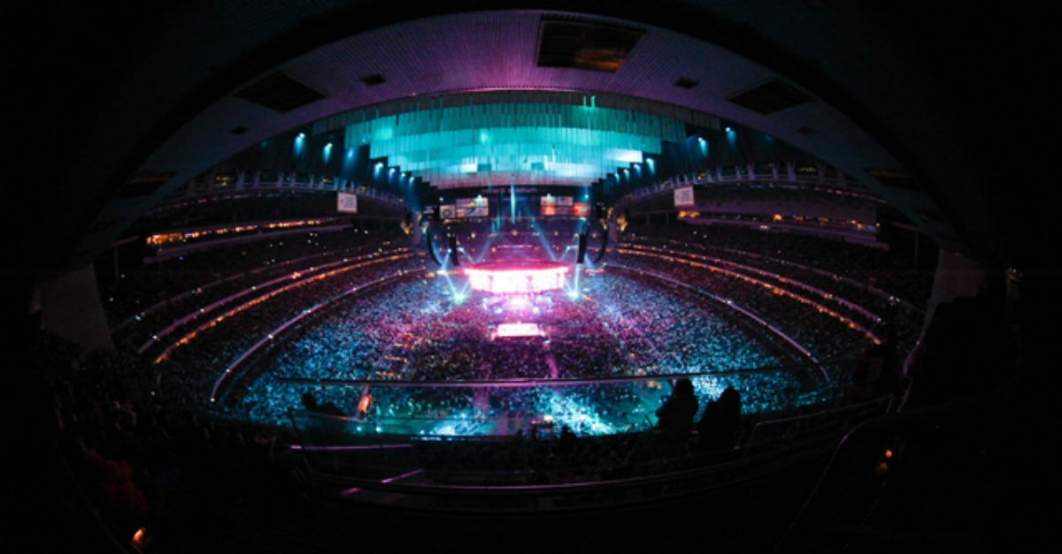 RodeoHouston answered our prayers with this rotating stage Garth gets to break in