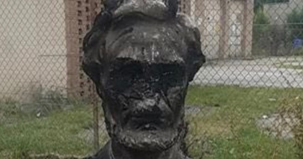 Amidst unrest following the incidents in Charlottesville, a Chicago statue has been defaced