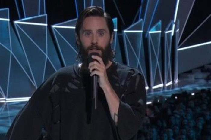 Jared Leto gave an emotional tribute to Chester Bennington and Chris Cornell at the VMAs