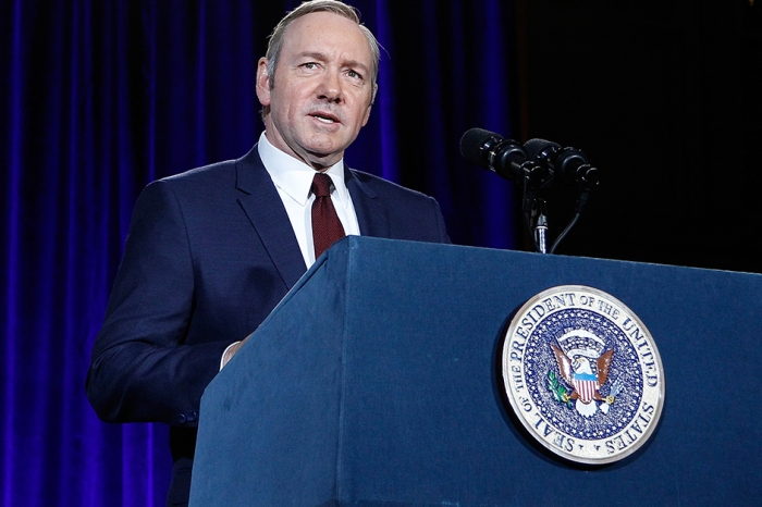 "Netflix suspends production of ""House of Cards"" amid allegations against Kevin Spacey"