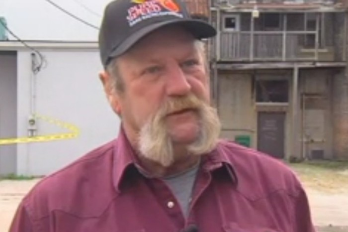 Heroic man saves several people from collapsing bar in small town in Illinois