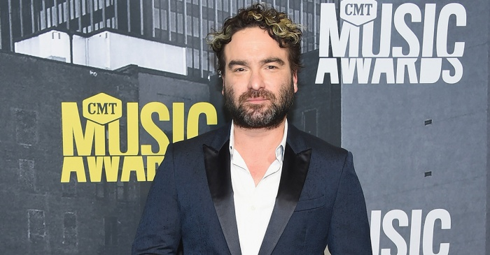 "Johnny Galecki shares his first behind-the-scenes photo from the reboot of ""Roseanne"""