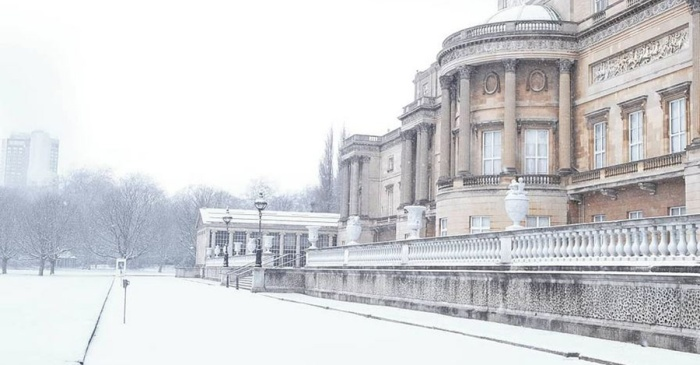 Buckingham Palace looks like an actual fairytale with all of the snow in London