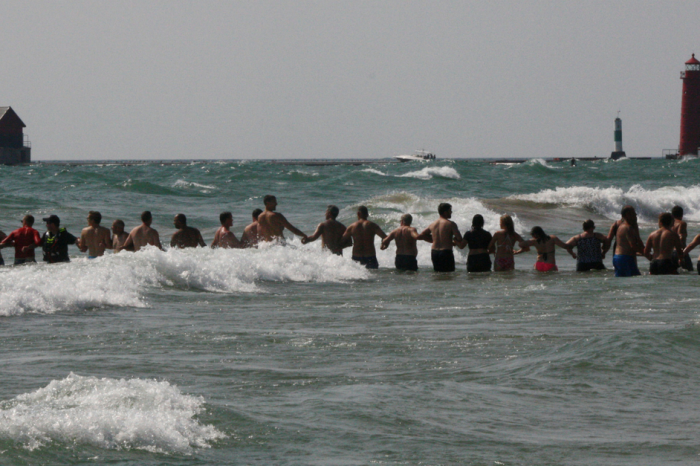 Beachgoers Form Human Chain to Rescue Drowning Swimmers