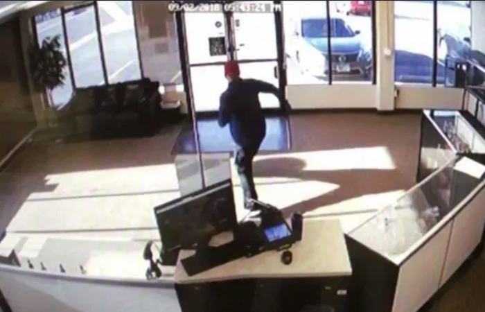 Hilarious Video Shows Clumsy Dumb Robber Attempting To Steal E-Cigarettes