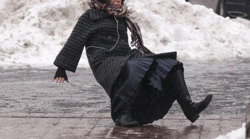 Falling Slipping On Ice Gif