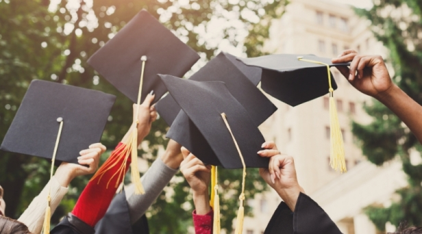 """High School Eliminates Valedictorian Honor to """"Better Students' Mental Health"""""""