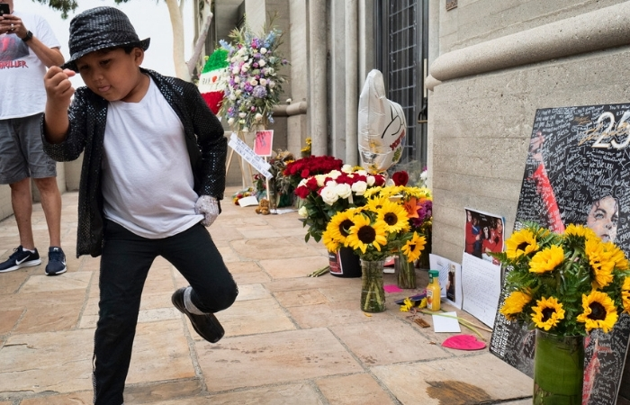 Michael Jackson Fans Pay Tribute on 10th Death Anniversary