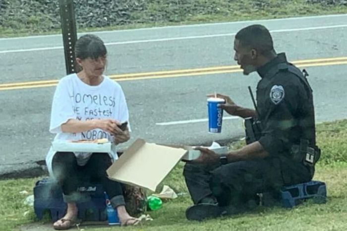 Police Officer Caught Spending His Lunch Break With Homeless Woman