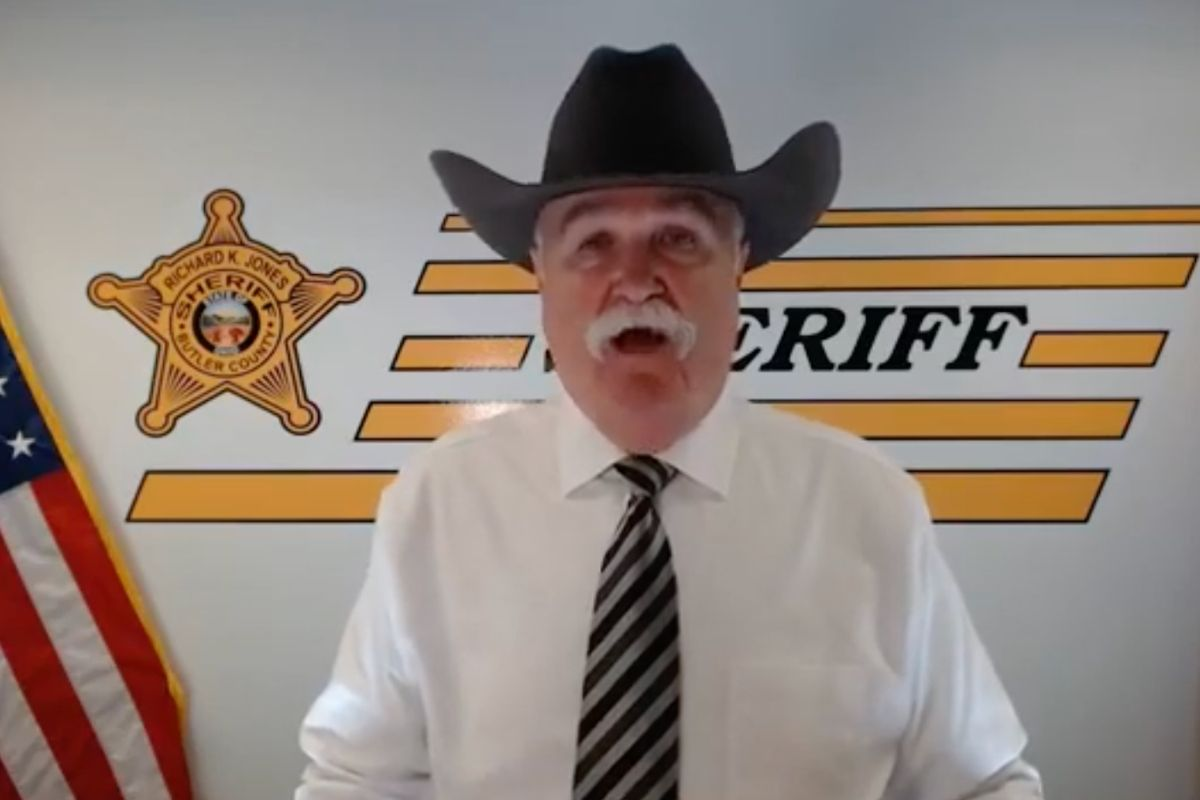 Sheriff Offers to Fund One-Way Plane Tickets For Celebs Who Want to Leave If Trump is Reelected