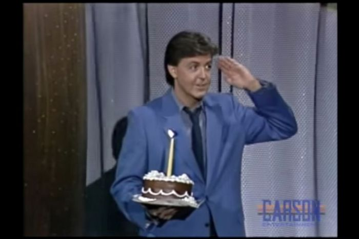 "Paul McCartney Thoughtfully Brought Johnny Carson A Birthday Cake on ""The Tonight Show"""