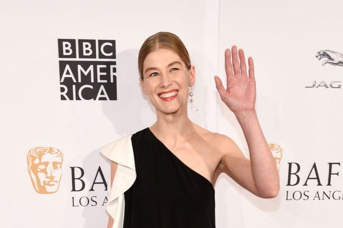 Rosamund Pike Buries Her Awards in Her Garden Because It's 'Awkward' to Display Them